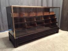 Ancien comptoir à tiroirs de magasin.