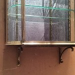 Paire de vitrines murales sur consoles